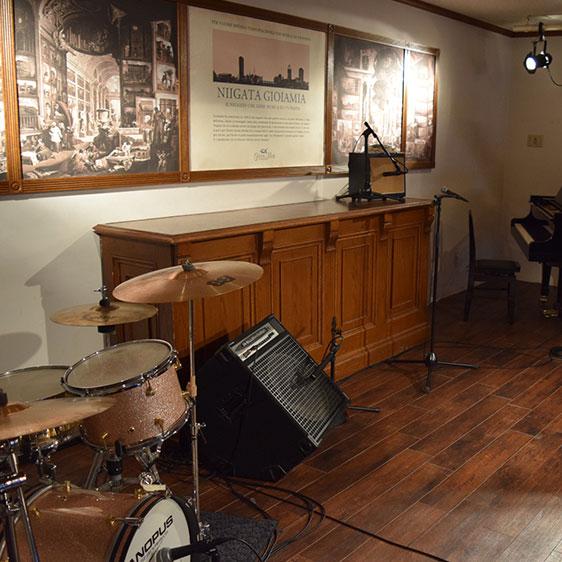 ドラムセットを完備したステージ